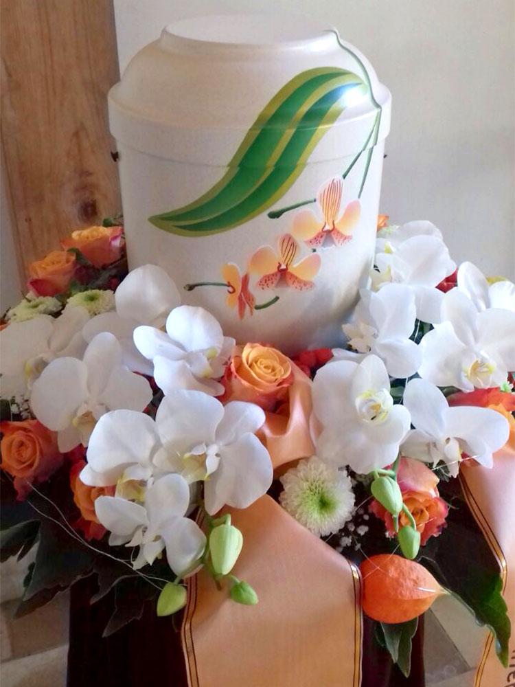 Urnenkranz mit Orchideen